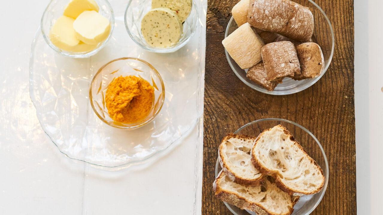 bussing-brood-tafelbrood-assorti-brood-op-plank-met-boter