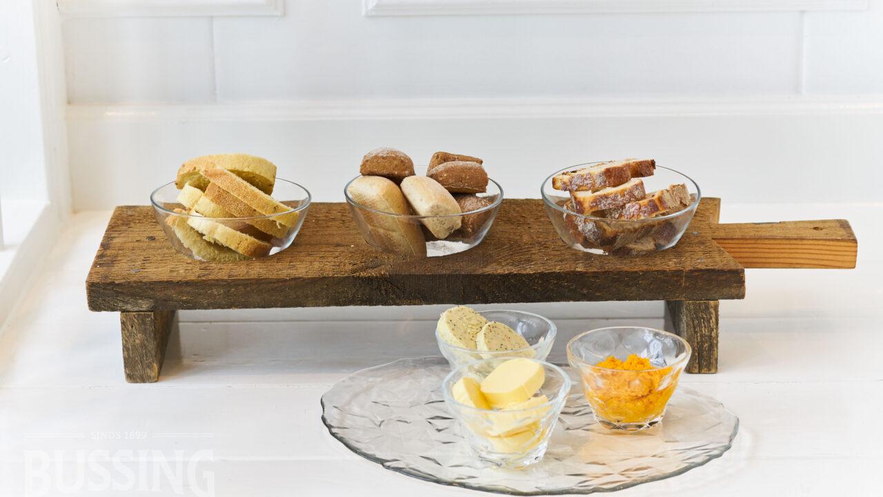 bussing-brood-tafelbrood-assorti-op-plank-met-boter