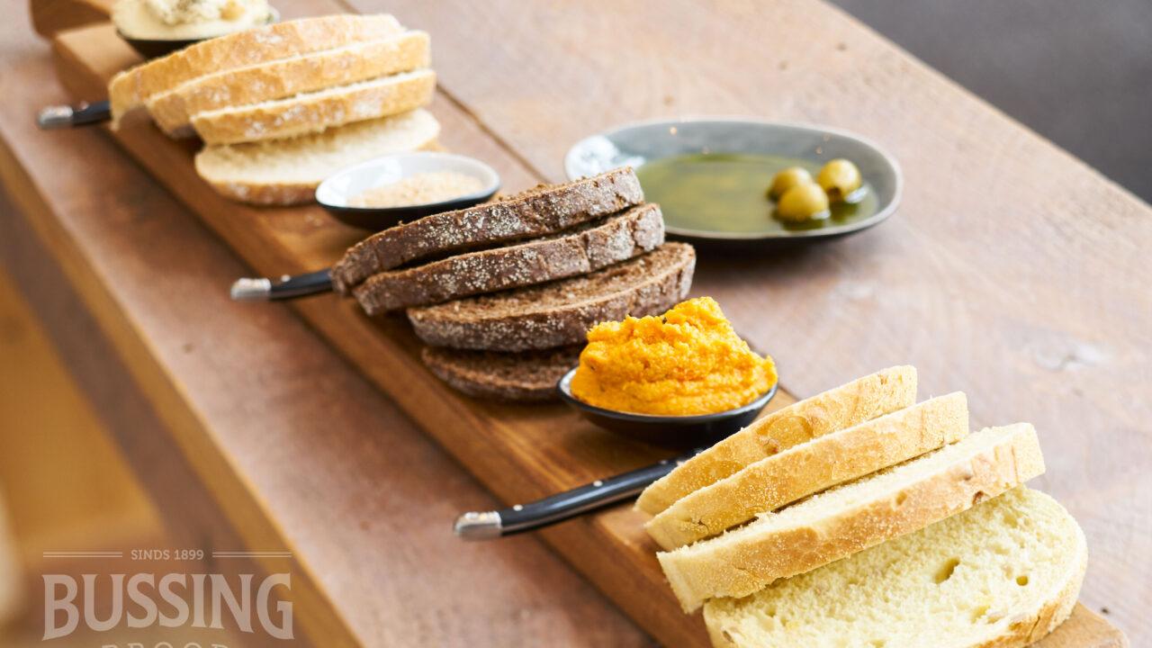 bussing-brood-tafelbrood-sneetjes-verschillende-landbrood-op-een-plank