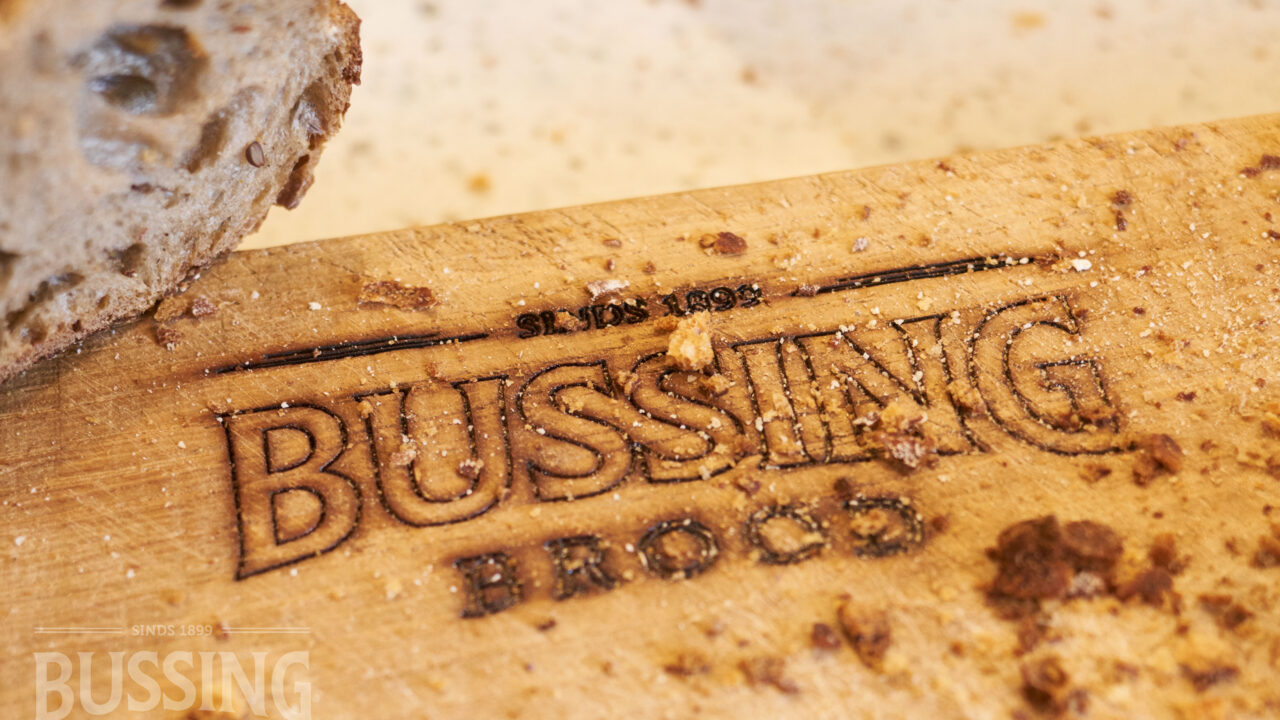 bussing-brood-tafelbrood-snijplaank-met-logo