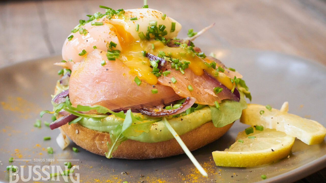 bussing-brood-recept-halve-briochebol-met-avocadodip-gerookte-zalm
