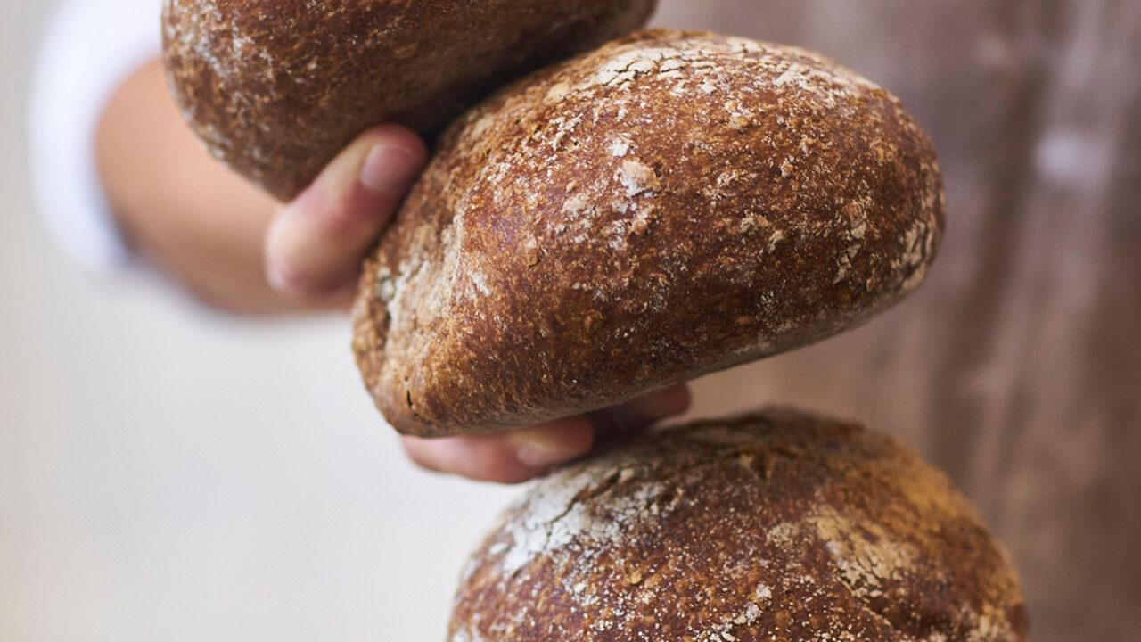 bussing-brood-sfeer-geweldenaer-bruin-gestapeld-in-handen