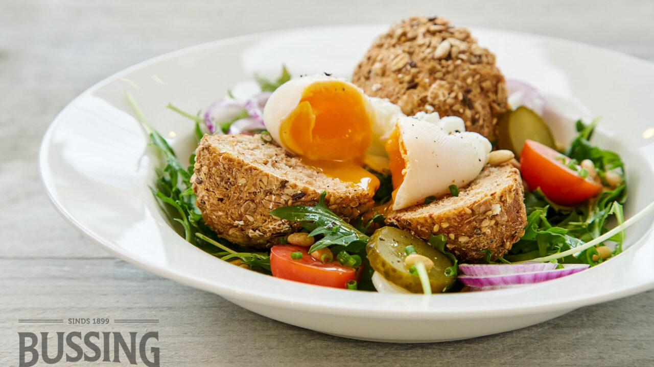 bussing-brood-recepten-mauricette-meerzaden-salade-gepocheerd-ei